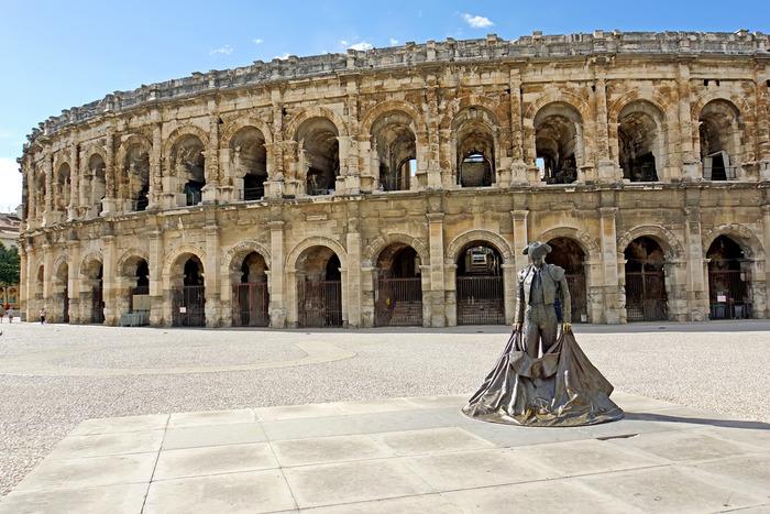 イタリア・ローマのコロッセオを思い起こさせる円形劇場。古代ローマ・ガリア時代の建設物としては、最大級を誇る大きさです。現在は、イベントで使用されており内部見学も可能です。
