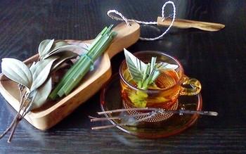 レモングラスとシナモンの葉を使った「ハーブティー」。寝る前に一杯飲むだけで、心のゆとりを取り戻せそうですね。ハーブの癒しの香りを楽しみましょう。