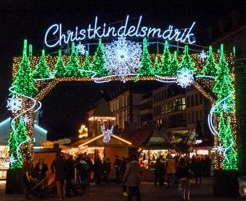 ストラスブールの冬の風物詩といえば、フランス最大級で最も古い歴史を持つ、「クリスマスマーケット」。市内11カ所で、300以上の屋台が並びます。入り口2箇所には、それぞれフランス語とドイツ語の表記が(写真はドイツ語)。ドイツ文化が今でも根付いている証拠ですね。2017年は11月24日~12月24日の開催です。