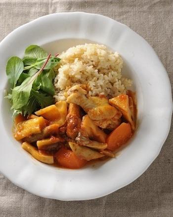 鶏手羽元と根菜を煮込んだトマト煮。れんこんの他にも、ゴボウや人参、エリンギなど具もたっぷり。一緒にライスを添えていただきます。カレー粉でアレンジしても◎
