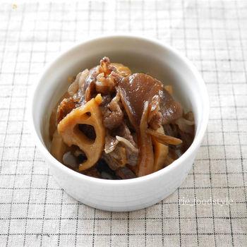 濃いめの味つけでご飯のお供にもってこいな、牛肉とれんこん舞茸のしぐれ煮。サクサクとしたれんこんと、シャキシャキの舞茸の食感がgood。お弁当のおかずや作り置きにもオススメです。