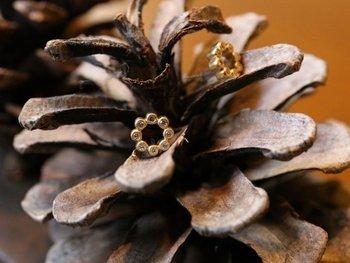 8つの小さなダイヤモンドを使用したゴールドサークルのピアス。高品質なダイヤを使用し、小ぶりながら上品な輝きを耳元に添えてくれます。