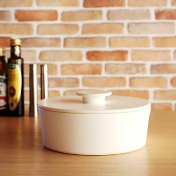 """さてこれ何に見えますか?実はお鍋なんです。しかも""""土鍋""""。いわゆる土鍋とはあまりにかけ離れたスタイリッシュさですね。名前も""""do-nabe""""とシャレがきいています。レッツ鍋(DO NABE!)の意味が込められているんです。  このお鍋を作ったのは古くから焼き物の町として知られる愛知県瀬戸市の陶磁器ブランドceramic japan(セラミックジャパン)。確かな技術を駆使して、現在のライフスタイルにあった機能的な磁器、そして高いデザイン性を誇る品々を作っています。 この土鍋なら見えるところに飾っておきたいですよね。"""