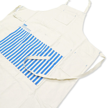丈夫な生地が洋服を守ってくれ、フロントポケットは大きなハンガーも入れられる大容量。もちろん、洗濯ピンチを入れるポケットもあり、また霧吹きなどをかけるループやスマホを入れるポケットも付いています。