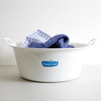 つけ置き洗いにちょうどいいサイズのタブ。持ち手が付いてとっても便利です。使わないときは、掛けておけるので邪魔になりにくいのもメリットです。