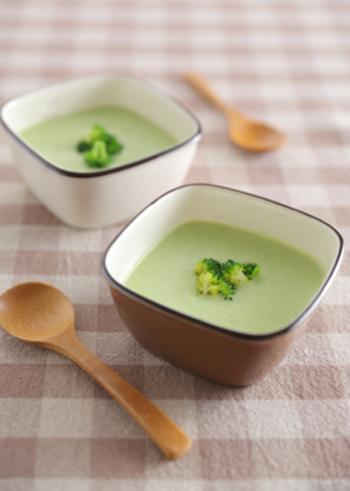 ブロッコリーとタマネギ、ベーコンまで入ったヘルシーで栄養たっぷりのブロッコリーの豆乳ポタージュ。飾りのブロッコリーも可愛らしく、食卓にナチュラルな華やかさを添えてくます。