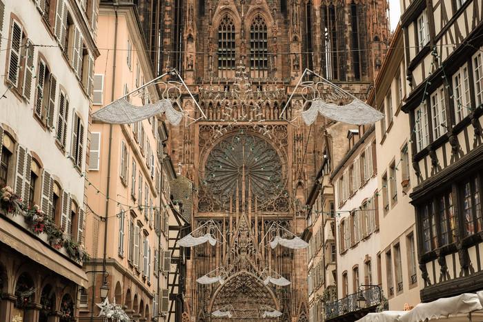 ストラスブールのシンボルとなっている、このカテドラルも見逃せません。ゴシック建築の代表作とされる「ノートルダム大聖堂」は世界有数の高さを誇るだけあり、その姿はとても威厳的です。