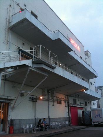 その中に足を踏み入れるとあるのがこの倉庫。あれ?普通の倉庫じゃない?という声が聞こえてきそうですが、ここは、元旧日本郵船海岸通倉庫として建設され、その後日本郵船歴史資料館を経て、現在のカフェ「バンカート」に生まれ変わった経歴を持っているんです。