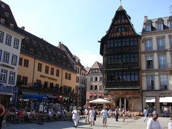 ストラスブールでぜひとも食べていただきたいのが、「メゾン・カメルツェル(Maison Kammerzell)」のシュークルート。こちらのレストランは、ノートルダム大聖堂を正面にし、左側にある黒い建物(写真では中央)に入っています。ちなみにその建物は随所に豪華な装飾が施された、15世紀建築の4階建て。ストラスブールでもっとも美しいと⾔われています。
