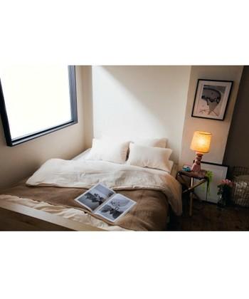 """寒い冬はお部屋に温かみがあるだけで幸せを感じます。中でも寝室は、絵本に出てくる冬眠する動物の""""巣""""みたいな温かさがあると最高ですね。そこで、冬の寝室で温かく過ごすためのお部屋づくりに役立つリラックスアイテムをご紹介します。まずは、視覚と触覚で温かさを演出しましょう♪"""