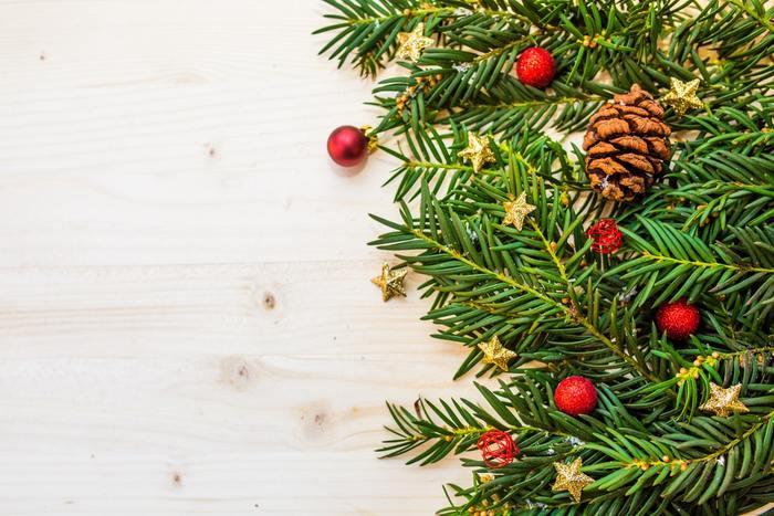 """そろそろクリスマスの飾りつけを終えて、ホリデー気分を楽しんでいる方も多いのではないでしょうか。せっかく楽しいクリスマスですから、今年は、もうひとつ""""セカンドツリー""""を飾ってみませんか。大きなツリーを飾れないおうちにもおすすめの「小さめツリー」を、飾る場所と合わせてご紹介します。"""