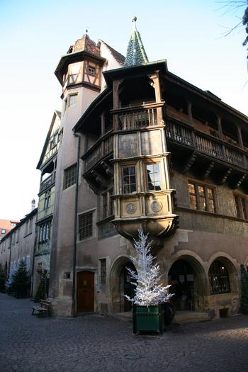 実はコルマールは、ジブリ映画『ハウルの動く城』のモデルになったとか。この「プフィスタの家(Maison Pfister)」は、劇中にそのまま登場したと言われています。1537年に建てられたといわれる民間邸宅で、随所に美しい建築様式が施されています。