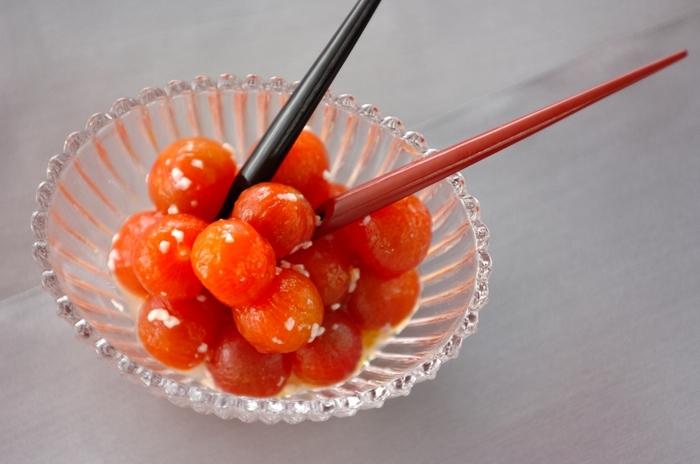 甘酒、酢、オリーブオイルに付けたプチトマトの甘酒ピクルスは、プチトマトの皮をむくことで、より味がなじみ、口当たりもよくなります。見た目も可愛らしいのでオードブルに最適かも。