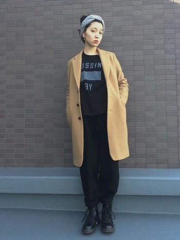 susuriのブラックパンツを活かしたマニッシュコーデ。程よくゆとりのあるリラックスした雰囲気のパンツなので、上下ブラックでもどことなく軽やか。ブラックのワントーンコーデにベージュのコートで柔らかさをプラスする着こなしは、簡単なのにオシャレに見えるのでぜひ真似してみて。ターバンでまとめたヘアスタイルも、小谷さんの透明感ある雰囲気がより際立って見えて◎!