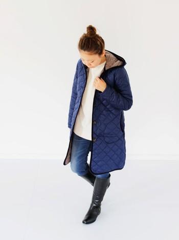 白ニット×キルティングコートの組合せが、ナチュラルで女性らしい雰囲気です。カジュアルなデニムスタイルも、ネイビー×白の配色でラフになりすぎず上品な着こなしに。足元に黒のロングブーツを取り入れることで、コーディネート全体が引き締まります。