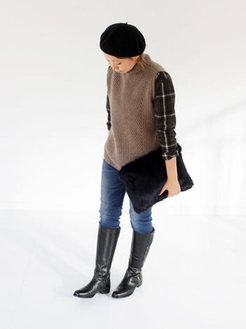 合わせるアイテム次第で、大人っぽくも可愛い印象にもなる「ブーツイン」スタイル。パンツならデニムを合わせるのが定番ですが、ベレー帽やファークラッチなど、旬の小物使いで新鮮な印象になります。トップスにチェック柄を取り入れると、さらにトレンド感がUP。帽子・バッグ・ロングブーツを黒で統一した、大人っぽい着こなしがおしゃれですね。