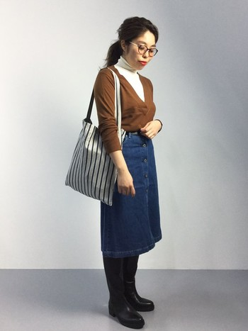 カジュアルなデニムスカートでも少し長めの「膝下丈」を選ぶと、ぐっと大人っぽい雰囲気になります。デニムスカートはスニーカーを合わせがちですが、ロングブーツにすることで女性らしい印象に。メガネのアクセントや秋らしい配色コーデもおしゃれ。