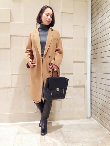 ハンサムなチェスターコートに、ロングブーツを合わせた大人のキレイめスタイル。キャメル×グレーの配色が女性らしい雰囲気ですね。優しいカラーの組合せはブーツとバッグを黒で統一することで、全体の印象がぐっと引き締まります。