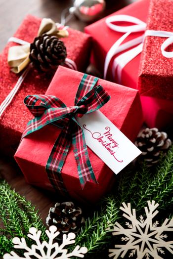 基本の斜め包みは不器用さんでもチャレンジしやすいラッピング方法。ラッピングペーパーをクリスマステイストのものにしたり、リボンをクリスマスカラーにしたり、松ぼっくりなどをチャームにつければ素敵なクリスマスラッピングの完成です♪