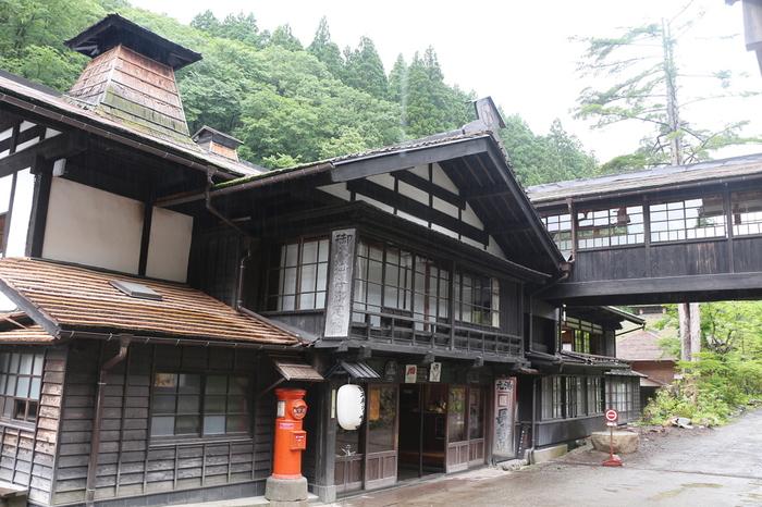 長寿館(ちょうじゅかん)は、群馬県利根郡みなかみ町にある創業140年以上を誇る老舗旅館。木造の建物が、その古い歴史を物語っています。