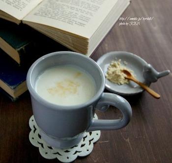 大豆の栄養たっぷりのきな粉と甘酒のコンビネーション。甘酒とミルクの優しい甘さの中に、きな粉の香ばしさが感じられ、気分がほっとほぐれます。ミルクの代わりに、豆乳でもいいですね。