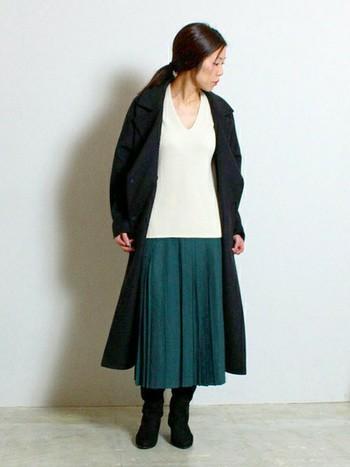 こちらは旬のプリーツスカートと、ロングブーツを合わせた大人の上質スタイル。ロング丈のベルテッドコートをさらりと羽織って、女性らしくエレガントな雰囲気に。白×グリーンのおしゃれな配色も、さっそく真似したくなりますね。