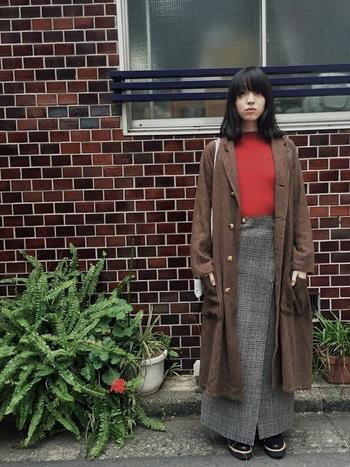 うってかわって、ありそうでないグレンチェックのロングスカートを主役にした女性らしいコーデ。古着っぽいこなれ感たっぷりの着こなしに、susuriのロングコートが良くマッチしています。  susuriのアウターはゆるっとしたシルエットのものが多く、様々なスタイルに合わせやすいのも魅力。ダボッとしたワイドパンツも、女性らしいキレイめなワンピースも、さりげなくsusuriの世界観にまとめあげてくれます。