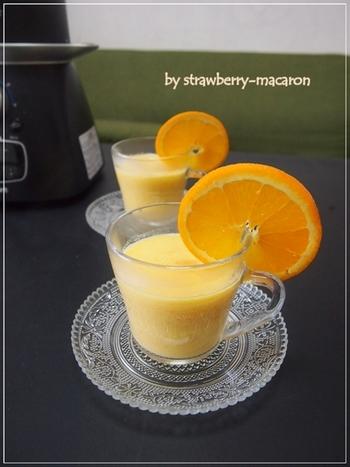 ビタミンC豊富なオレンジと、β-カロテンや食物繊維、ビタミンB群などを多く含む「人参」を、ヘルシーな豆乳と合わせて。はちみつやレモン汁などもいっしょにブレンダーにかけます。冷たくてもおいしいのですが、冬はあたためて、ゆったりと飲みたいスムージーです。