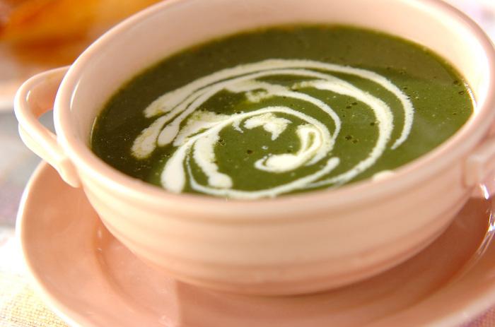 栄養たっぷりのほうれん草のポタージュスープは、ジャガイモを1つ加えることでとろみとコクをプラス。仕上げに生クリームを回しかければさらにコクがアップしますよ♪