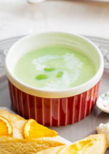 やわらかなグリーンがきれいな枝豆の冷製ポタージュ。冷凍の枝豆でできるので手軽に材料を揃えられますね♪