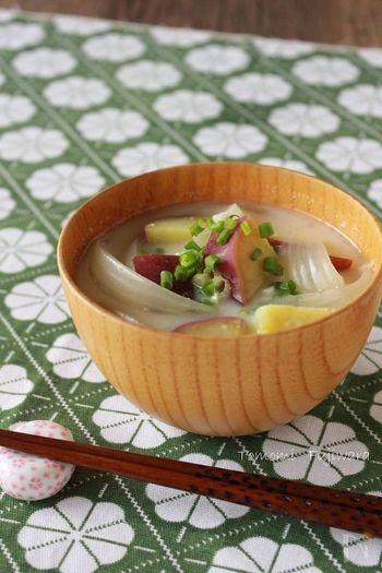 玉ねぎとさつま芋の甘くやさしい味わいのおみそ汁に、さらに豆乳でクリーミーさプラスしたまろやかなおみそ汁は、お椀ではなくお皿に盛りつければ洋食のスープとしても使えて便利です。