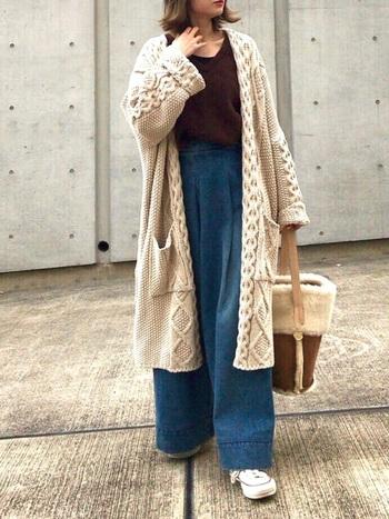 ざっくり編みが印象的なコーディガン。ワイドデニムとの相性もよく、ボアのバッグで冬らしさを演出する小物使いが◎