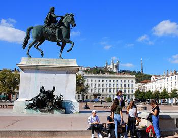 フランス国内でも3本の指に入るほど広いとされている「ベルクール広場(Place Bellecour)」。ルイ14世の騎馬像があることで知られていますが、実はこの広場の片隅にはもう1人、忘れてはならない人の像があります。