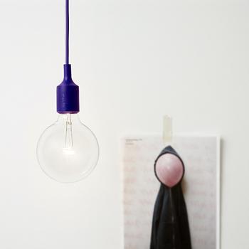 一灯だけでもソケットの鮮やかな色みが映えて、お部屋のよいアクセントに。紫、緑やオレンジなど、パキッとした色をたくさん展開しています。