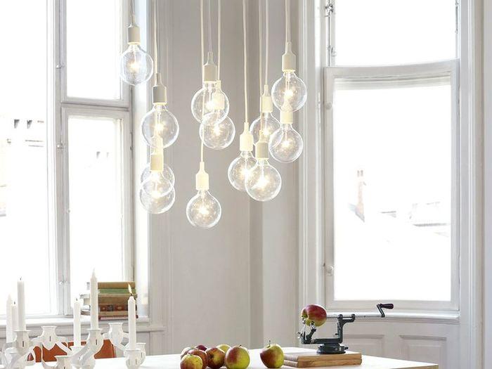 たくさん飾ると、なんだかポップで楽しい雰囲気に。やさしい光が集まって、お部屋がぐんと華やかになりますね。コードの長さにバラつきをだしたり、様々なアレンジを取り入れてみると楽しいかも。