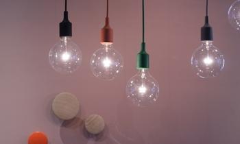 """ランプのエッセンスである""""ソケット""""を見つめることから始まったという「E27」のデザイン。シンプルな裸電球ですが、ソケットの様々な色が組み合わさって、現代的な雰囲気に。"""