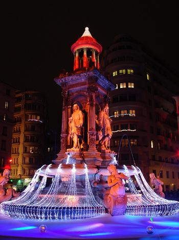 毎年12月の4夜連続で開催される「光の祭典(La fête de la lumière)」 。カテドラルなどがイルミネーションを纏い、近年リヨンを代表するイベントとなっています。ちなみに「La fête de la lumière」のlumière(リュミエール)は、「光」という意味。フランス第2の都市を彩る「光」は、昔と今を繋げるツールとなっています。