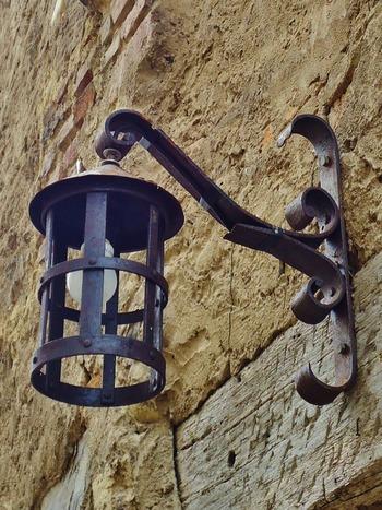 なにげないランプも、レトロなデザインに惹かれます。中世時代はローソクが高価だったため、松明の灯なども使ったそう。