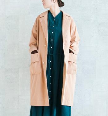 すっきりしつつも、羽織るとどこかけだるい雰囲気を漂わせ周囲を魅了するコート。オーバーサイズをsusuriなりに表現した一枚で、トレンドとクラシカルな要素が絶妙なバランスで溶け合っています。  アウターやスーツでよく使われる上質な素材を江戸時代からつづく製法でしっとりとした質感になるよう丁寧に縫製し、オリジナルの色に染色することで、他にはないsusuriならではの仕上がりに。
