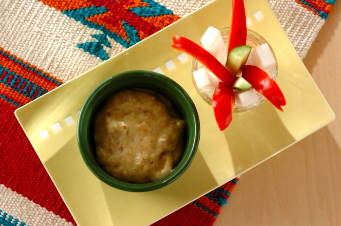 豆乳ベースのバーニャカウダは、みじん切りのニンニク、アンチョビにクルミが入って食感もバッチリ。熱々のうちはトロミもしっかりあるのでぜひ出来たての美味しいうちにどうぞ。