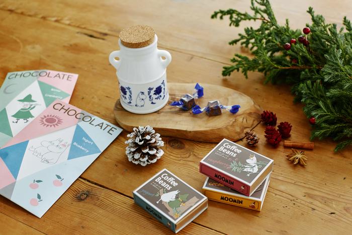 ≪ブルーベリーチョコレート(瓶入り)/ベリーチョコレート/コーヒービーンズチョコ≫の3つのタイプのチョコレートを詰め合わせてみるのはいかがでしょうか?チョコ好きには嬉しいプレゼントになりますね♪それぞれ異なるムーミンのパッケージもキュートなので、もらったらほっこりして喜ばれそうです。