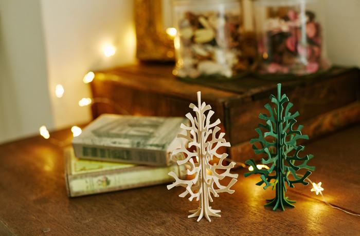 「最近一人暮らし始めたんですよ。」とインテリアに興味が出てきた後輩に、小さなクリスマスツリーはいかが。小さなクリスマスツリーが1つ部屋にあるだけで、気分もHAPPYになりますよね。