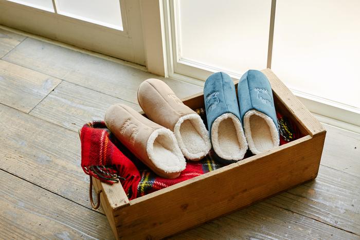 冬の冷える足を温めてくれる、もこもこのルームシューズ。≪アイボリー、グレージュ、ネイビーブルー、ボルドー≫の4色とカラー展開も豊富です。寒い冬に家の中で大活躍の1足は、寒がりの人にこそプレゼントしたいですね。