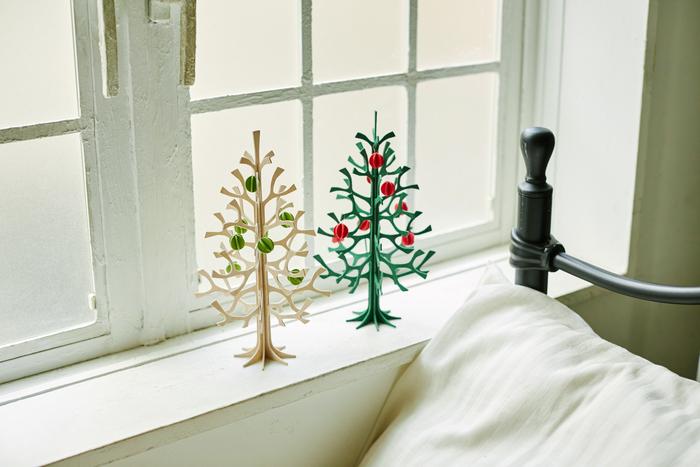 「派手な飾りつけはしないけれど、クリスマスムードは味わいたい。」そんなインテリアにこだわりのある友人には、シンプルだけど、クリスマス気分を感じられるツリーをプレゼント。Lovi(ロヴィ)のクリスマスツリーは、窓際や小さな棚などにも気軽に飾れる程よいサイズ感が嬉しいツリーです。