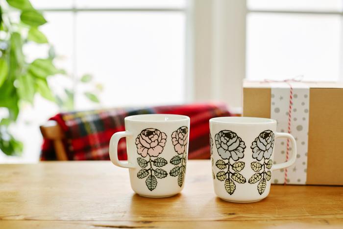 「ペアなんて恥ずかしい」と言われてしまいそうだけれど…これからもずっと仲良しでいて欲しい両親や、友人カップルに。おしゃれなmarimekko(マリメッコ)のペアマグカップがおすすめです。VIHKIRUUSU(ヴィキルース)のマグカップは、発売当初すぐに完売してしまった幻のマグカップ。自分ではシンプルなものばかり選んでしまうという方にも、きっと気に入ってもらえる、長く愛せるバラ柄です。