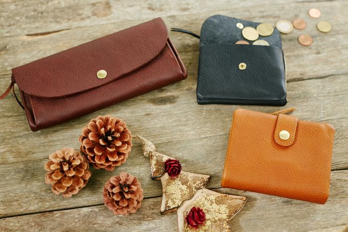 毎日使うのもだから、自分で選びたい財布。CINQ(サンク)の長財布/2つ折り財布/小さめの財布の3種類の財布は、タイプによって異なる使いやすさがあります。長財布はカードもたっぷり入る収納力、2つ折り財布はコンパクトで機能的、小さめの財布は近所へのお買い物などにピッタリのサイズ感です。仕事用と休日用などで使い分けてみるのもいいかも◎