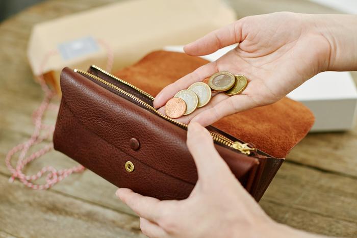 新しい財布って気分が上がりますよね。自分へのプレゼントも綺麗にラッピングしてもらうと、包みを開ける楽しみが味わえて、ますます嬉しい気分になりますよ。