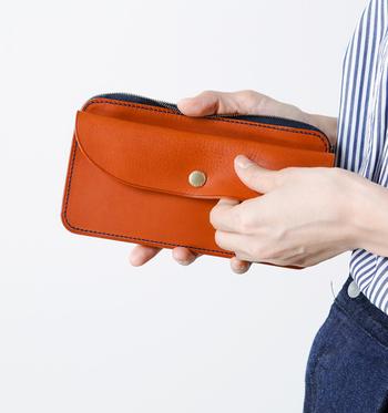 「Arts&Crafts(アーツアンドクラフツ)」の天然皮革のお財布はカラーバリエーションが豊富で、6色から選べるのが嬉しい。また、カラーごとにステッチが違うのもオシャレ女子の心をくすぐります。