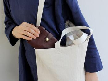 シンプルで大人っぽい雰囲気の「CINQ(サンク)」の2つ折り財布。小さなバッグをよく持つ方には2つ折り財布が断然便利です。