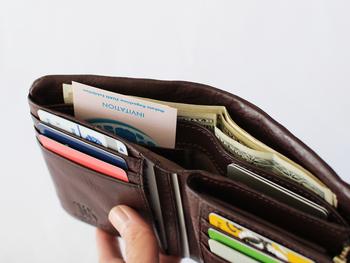 表面にある独特のしわが傷を目立ちにくくしてくれるので、お昼休みや近所へのお買い物でお財布をそのまま持ち歩くことの多い方にもおすすめ。コンパクトなのに収納力もたっぷり!